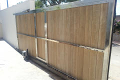 Barrera corredera acero inox 316 brillante con puerta peatonal interior