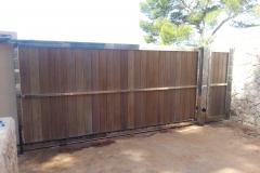 Barrera corredera acero inox 316 brillante y puerta peatonal