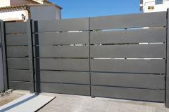 Barrera batiente 2 hojas acero galvanizado acabdo negro forja con puerta petonal lateral