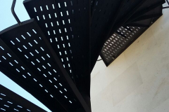 EScalera caracol acero galvanizado acabado color negro forja