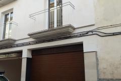 Puerta enrollable aluminio imitacion madera oscura con automatismo
