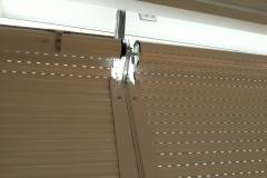 Puerta enrollable aluminio lacado blanco con automatismo tubular serie mini