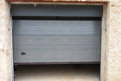 Puerta seccional  acanalada con dintel superior gris RAL