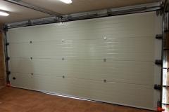 Puerta seccional  acanalada con dintel superior color blanco